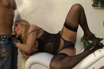 Travi szexbomba fekete fehérneműben kúr